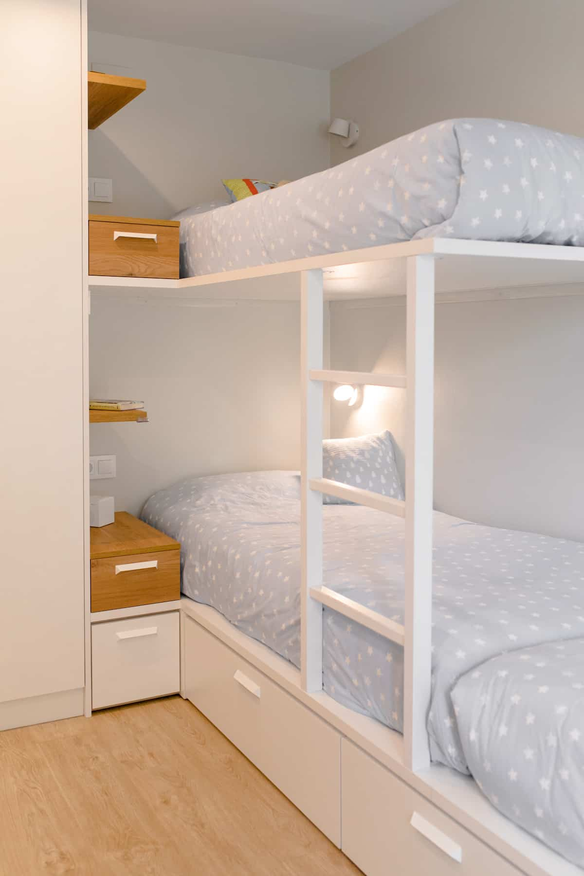 Detalle habitación infantil 3 camas